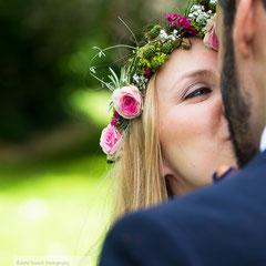 Die Braut küsst ihren Ehemann während der Hochzeitsfeier am Kinzigheimer Hof in Bruchköbel.