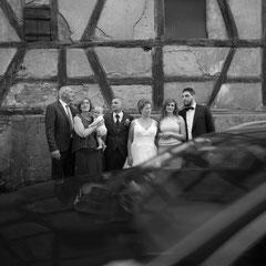 Ein Auto fährt in die Szene der Gruppenbildaufnahme einer Hochzeitsgesellschaft in Offenbach Rumpenheim