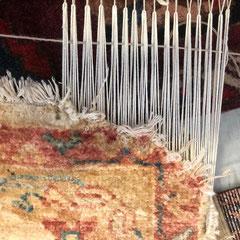 Conegliano- restauro tappeto pakistano, angolo tappeto mangiato dal cane, restauro tappeto messo sul telaio, tabriz carpet