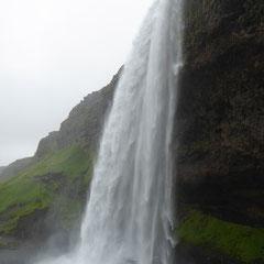 Der südlich gelegene Seljalandsfoss-Wasserfall