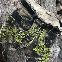 """19. Modell """"Washingtonia"""" nach 30-jährigem Gebrauch aus schwarzem Elchleder mit aufwendiger Plattstickerei (022)"""