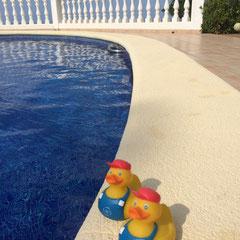In Spanien am Pool.