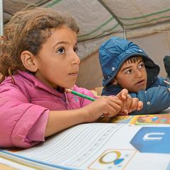 Bildunterschrift 2 lernende Kinder