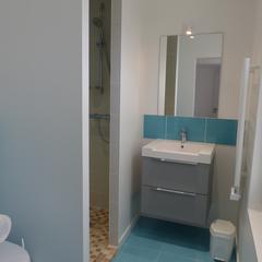 La salle d'eau avec sa douche  à l'Italienne