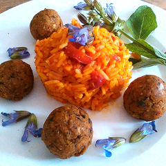 Thymian-Bällchen an Tomaten-Paprika-Reis