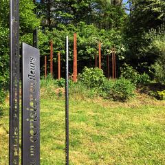 Totem-Haïkus thermolaqués & aperçu de Totem-Haïkus en acier brut oxydés à l'Atelier-Jardin, Montlignon. Mai 2017
