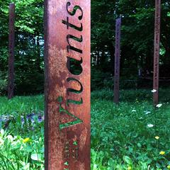 Cercle de Totem-Haïkus en acier brut oxydés (Détail) à l'Atelier-Jardin, Montlignon. Mai 2017