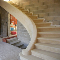 Pose d'un escalier en pierre massive dans une villa neuve, Uzès (30)