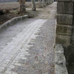 Calade dans l'allée d'entrée du Mas des Fouzes à Uzès (30)