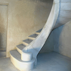 Escalier à limon en pierre massive dans un domaine viticole à Caux (34)