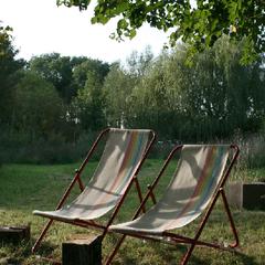 Im Liegestuhl auf der Wiese