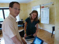 Svana und Alex bereiten ihren Bericht vor