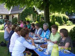 """Die Kaffeetafel im Garten von Frau Töpfer in Hüsby, von den Mitgliedern der """"Dreizehn"""" vorbereitet, Sommer 2010"""