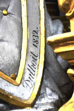 Sur le bouclier de la statue: la signature