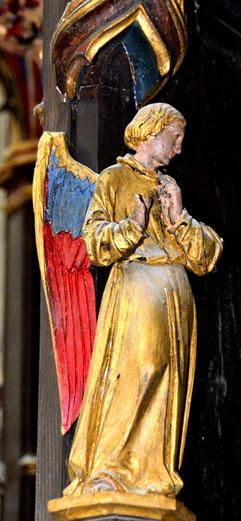 Ange sur les colonnes du reliquaire