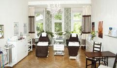 Bild von Kosmetikbehandlungsraum mit Liegen und Geräten