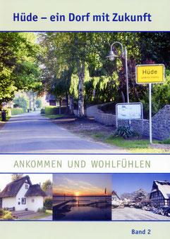 """Auf dem Buchcover von """"Hüde - ein Dorf mit Zukunft"""" - Band 2 - sind drei Fotos zu sehen mit Impressionen von Hüde: Allee am Ortseingang mit Stadtschild, ein restgedecktes Haus, ein Sonnenuntergang am Dümmer-See und ein schneebedecktes Fachwerkhaus"""