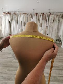 Die Schulterbreite wird am Rücken von Schulter zu Schulter gemessen.  Als Orientierung kann man dieses Maß auch mit einem engen Shirt messen und nimmt das Maß von Armausschnit bis Armausschitt.