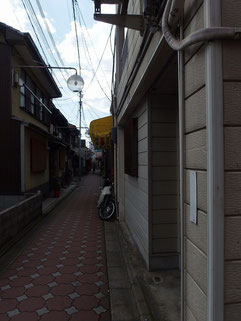 細くて長い商店街。人がすれ違える程度の幅。