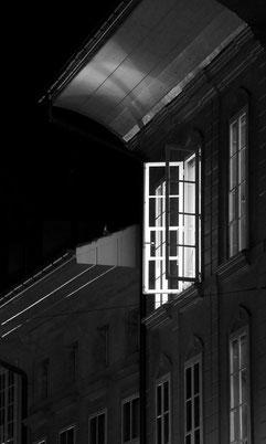 Berner Altstadt, Licht aus einem offenem Fenster erhellt die Gasse