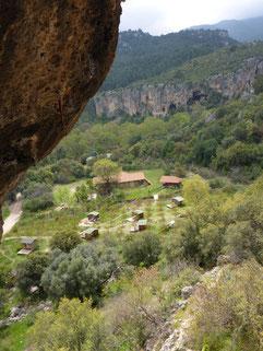 Blick aus der Cave auf Kezban's Guesthouse mit Camping