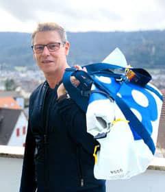 Bernd Mayländer, Rennsportler und Safety-Car-Fahrer der Formel 1, mit der Segeltuch-Sporttasche XXL Rollup von Sailart Fashion Heppenheim
