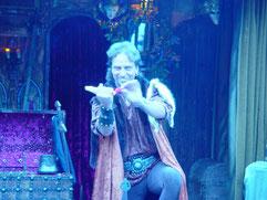 Numéro de scène le Salut du Chevalier, Perceval artiste prestidigitateur, dans une évocation symbolique de la chevalerie