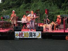 鶴さん率いる佐世保バンド!このギタリストが鶴さん。空き缶で作った胡弓風の楽器も凄かったが・・・ドラムが上手過ぎるー!(゜o゜)マスターはベーシストとしてステージへ♪