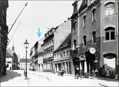 """Die Hauptstraße in Radeberg in Richtung Markt mit dem """"Apotheker-Haus""""  (ab 1837 """"Apotheke zum Mohren"""", Pfeil).  Foto um 1915."""