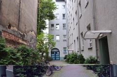 門を入ったところのアパートメント