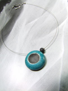 collier en céramique bleu et noir