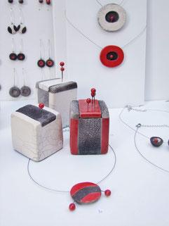 ensemble de bijoux et boîtes en céramique raku de Chloé Bercovici