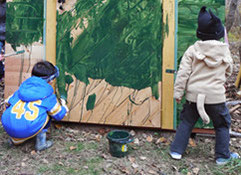 幼児向け森林ツアー「森のようちえん」イメージ写真 木の皮むき体験