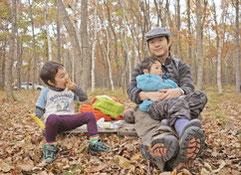 親子向けツアー「のびのび東いぶりズム」イメージ写真 親子で薪作り