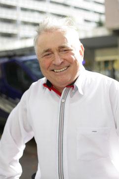 Fahrlehrer in weissem Hemd