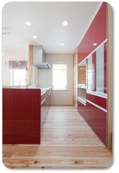 ↑キッチン収納は食器棚と、換気付きの家電タワーを同じ色で。奥には、棚いっぱいの食品庫を作ってもらいました。棟梁の林川さんありがとう。
