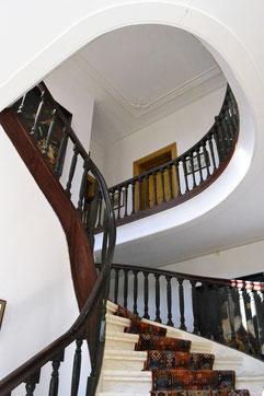 De fraaie 18de-eeuwse trap in de hal.