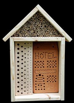 Wildbienennisthilfe mit Hartholzblock, Schilfhalmen und Niststein