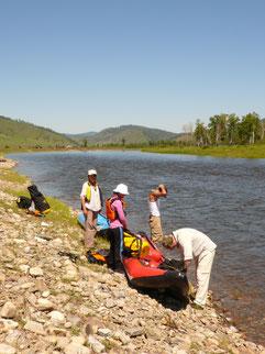 Préparatif de départ sur une rivière de Mongolie