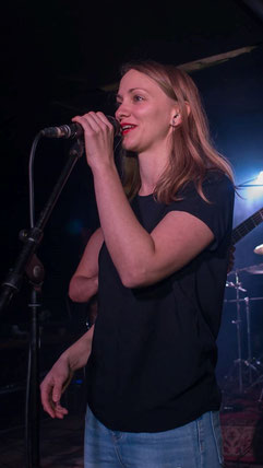 Foto von Isabell von Lojewski auf der Bühne mit Mikrofon