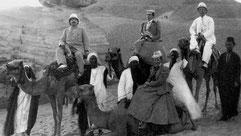 Schriftsteller Karl Friedrich May (auf dem rechten Kamel) mit Richard Alexander Plöhn und dessen Ehefrau Klara in Ägypten