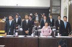 尖閣列島戦時遭難者の遺骨収集などを求める要請決議の採決で、起立して賛成する与党=21日午後、議場