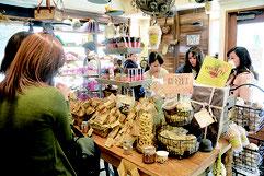 バレンタインデーを前に熱心にチョコレートを選ぶ女性客ら=13日午後、市内大川730交差点近くのカカオマーケット石垣店