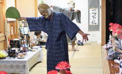 祖先供養のために踊るウシュマイ(奥)とンミー(手前)=8日、登野城の野崎さん宅