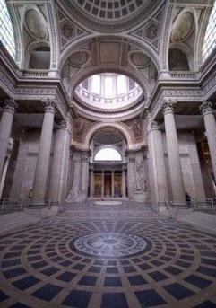 Intérieur du Panthéon à Paris, tombeau des grands hommes de l'Histoire de France : Un exemple de lieu de mémoire.