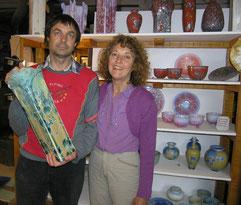 """Pierre-Henri avec le vase """"Ginko""""et Brigitte à l'atelier"""