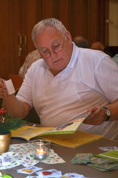TuS-Schiri Joachim Jürgens klebt seine ersten Sticker ein - er selbst fehlt aber noch