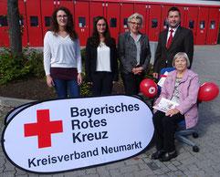 BRK-Kreisgeschäftsführer Klaus Zimmermann zusammen mit der Gewinnerin, Christa Eichinger, Brigitte Bretschneider und den Glückshafen-Sachbearbeiterinnen Michaela Geitner und Lisa Weigert