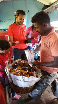 Sri lanka : Vendeur de beignets au piment dans le train