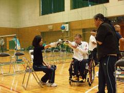 まず剣の持ち方から、聴覚障害者の斉藤さんを手話でサポートする脇村太選手